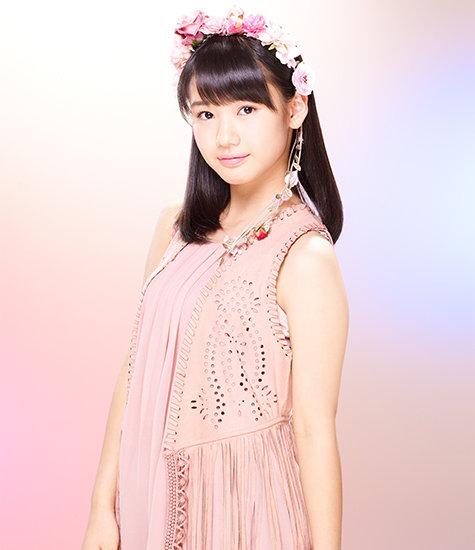 花冠をした横山玲奈の衣装の画像