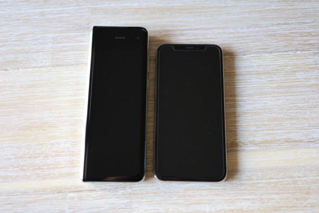 左がGalaxy Fold、右がiPhone 11 Pro。